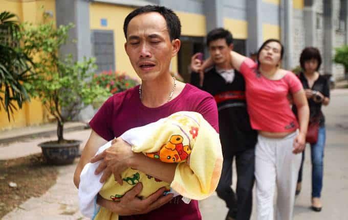 Nỗi đau tột cùng của cha mẹ cháu H.N.P. (9 tháng tuổi, quê ở Văn Lâm, Hưng Yên) tử vong vì bệnh phổi và sởi tại Bệnh viện Nhi trung ương (Hà Nội) sáng 16-4 - Ảnh: Nguyễn Khánh