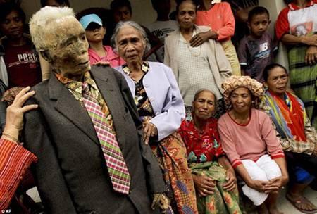 """Một xác chết được mặc quần áo và đi """"chào hỏi"""" họ hàng, bà con làng xóm."""