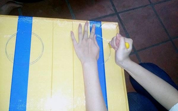 Công đoạn làm hết sức đơn giản: vẽ hình tròn rồi dùng dao tạo hai lỗ tròn theo hình đã vẽ, lắp ống nhựa và quạt điện vào hai lỗ tròn khoét trên nắp của thùng xốp