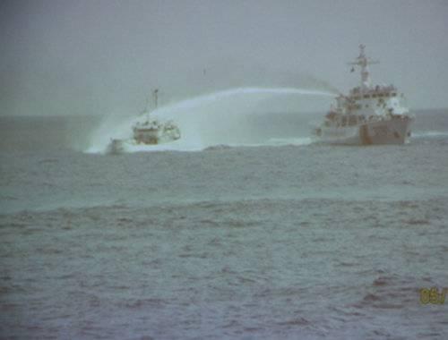 Tàu Trung Quốc húc và bắn vòi rồng vào tàu Việt Nam - Ảnh chụp tại hiện trường