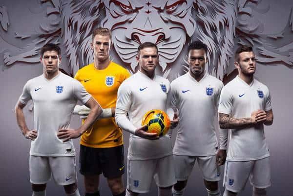 ĐT Anh mặc áo trắng, viền cổ đen tại World Cup 2010. Tuy nhiên, theo đề nghị mới của FIFA tại World Cup 2014 các đội nên sử dụng mẫu áo một màu để nâng cao chất lượng truyền hình HD nên bộ áo được điều chỉnh.