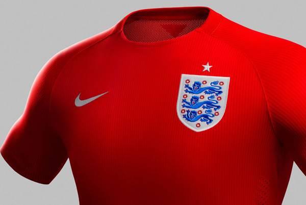 Mẫu áo đỏ của Tam sư có cổ tròn. Phía bên trái là logo của Nike, phía bên phải là logo của LĐBĐ Anh và 1 ngôi sao tượng trưng cho 1 lần đăng quang World Cup.