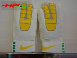 Găng tay thủ môn Nike T90 – Grip vàng mặt trước