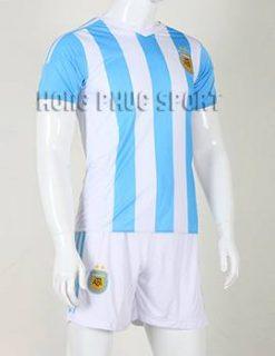 Mẫu áo đá banh tuyển Argentina 2015-2016 mặc khi thi đấu sân nhà.
