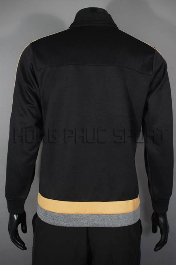 Mặt sau mấu áo khoác Juventus 2015-2016 màu đen phối vàng