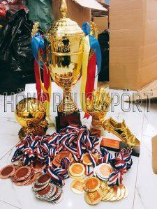 Huy chương cúp quả bóng vàng, đôi giày vàng và đôi tay vàng
