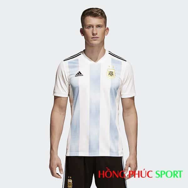 Bộ áo đấu sân nhà đội tuyển Argentina (nhìn phía trước)