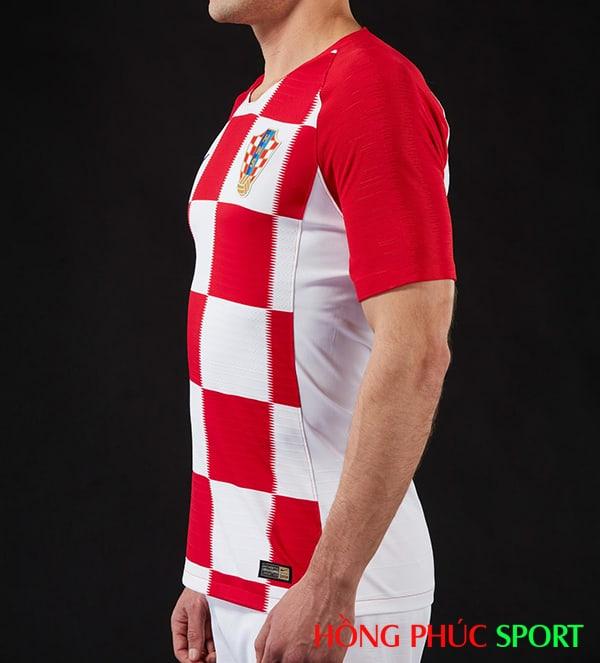 Áo đấu sân nhà đội tuyển Croatia (góc nhìn thẳng)