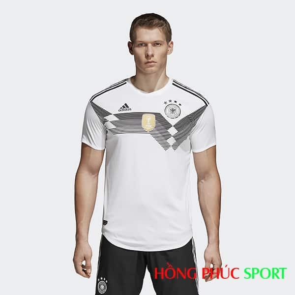 Mẫu áo đấu sân nhà đội tuyển Đức (góc nhìn trước)