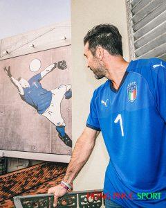 Gianluigi Buffon trong màu áo đội tuyển ItaliaGianluigi Buffon trong màu áo đội tuyển Italia