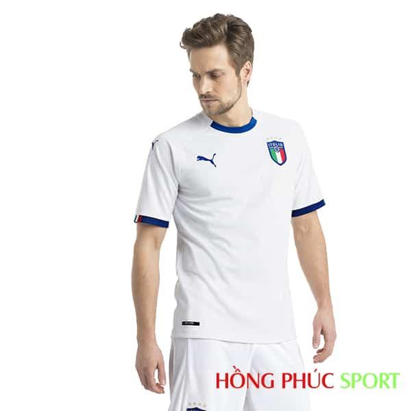 Mẫu áo đấu sân khách đội tuyển Italia năm 2018 (góc nhìn trước)