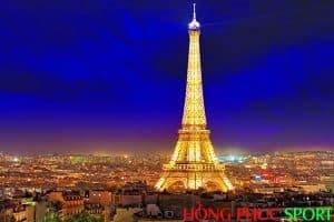 Tháp Eiffel về đêm - Biểu tượng xuất hiện trên Logo đội bóng Paris Saint-Germain