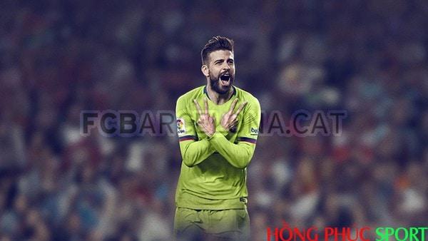 Trung vệ Gerard Piqué trong màu áo mới